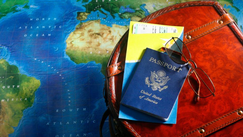 passaporto occhiali e carta d'imbarco