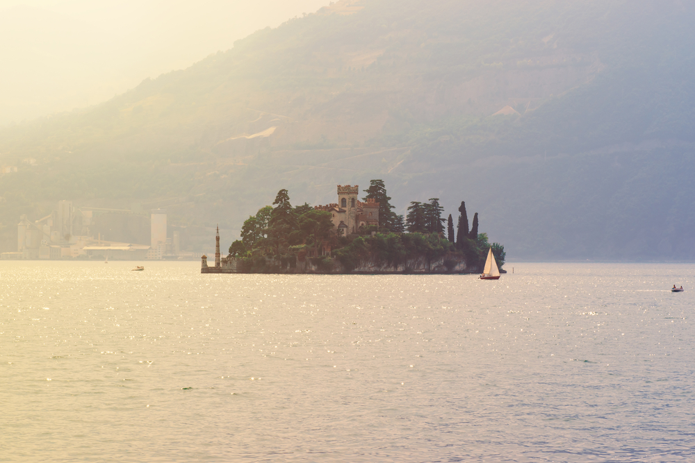 Barca a vela al lago di Iseo
