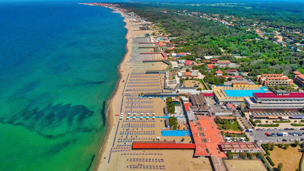 La spiaggia a Tirrenia, il mare tra Pisa e Livorno ...